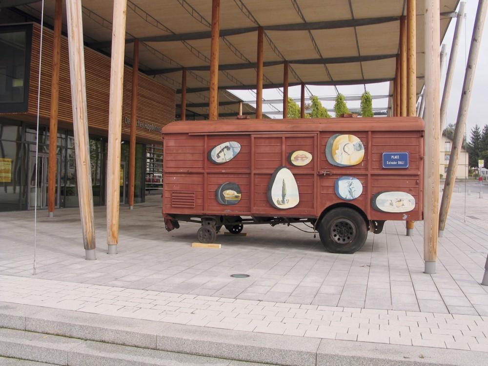 Dali Waggon vor dem Deutschen Hopfenmuseum
