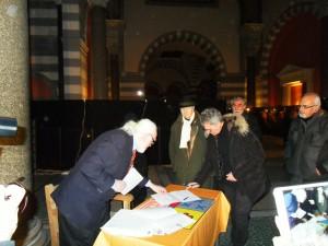 """Die Künstler unterzeichnen """"Charte Faber 21"""". Diese wird dem Kulturministerium in Paris vorgelegt."""