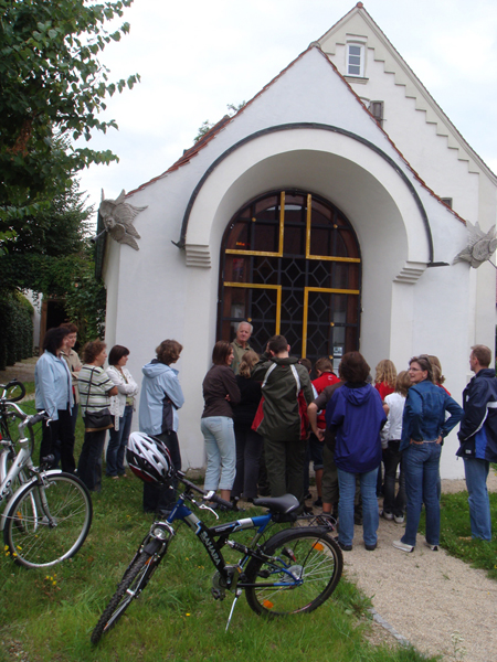 Pfarrer Habbel aus Kirchdorf und seine Firmlinge besuchen die Erlöserkapelle