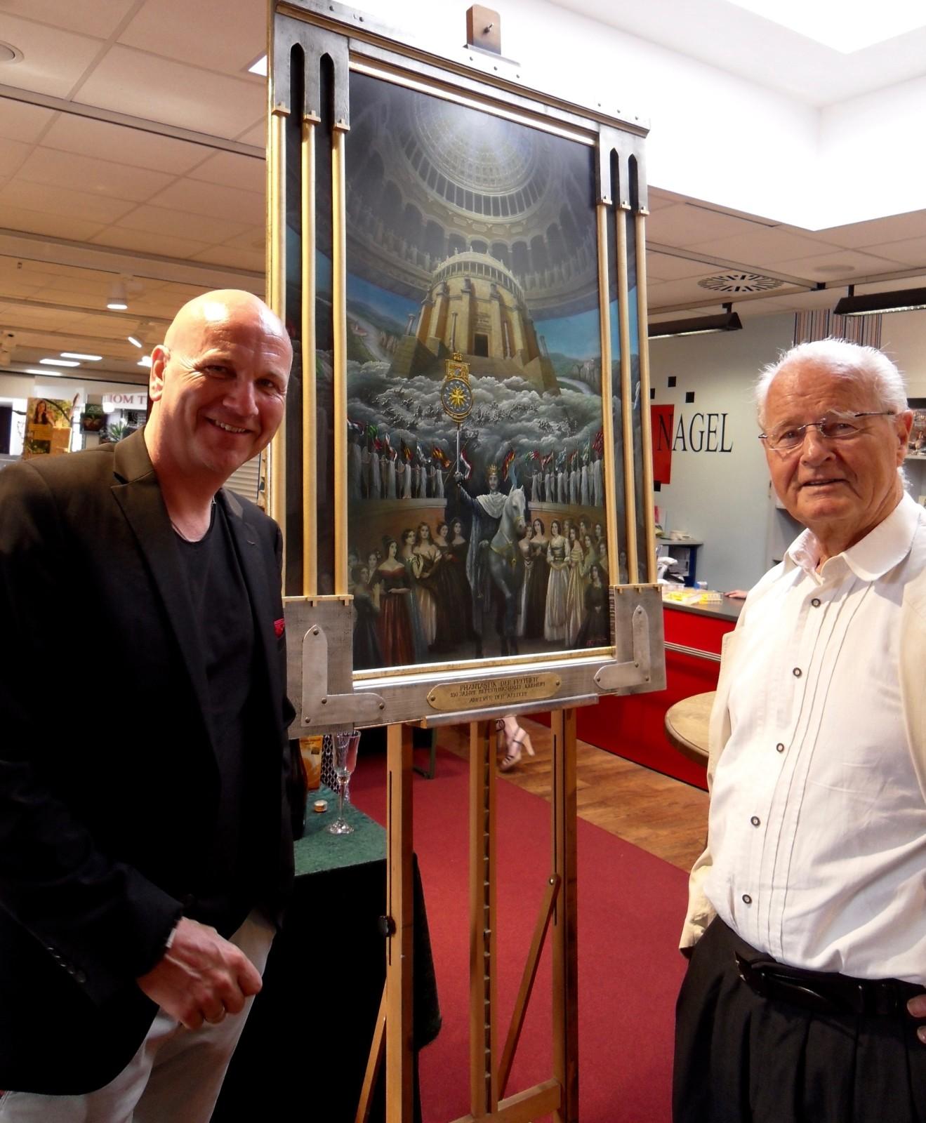 """Dr. Uwe Brand und Angerer der Ältere vor dem Gemälde """"Phantastik der Freiheit"""" (gemalt zum 150-jährigen Jubiläum der Befreiungshalle) kurz vor der Autorenlesung."""