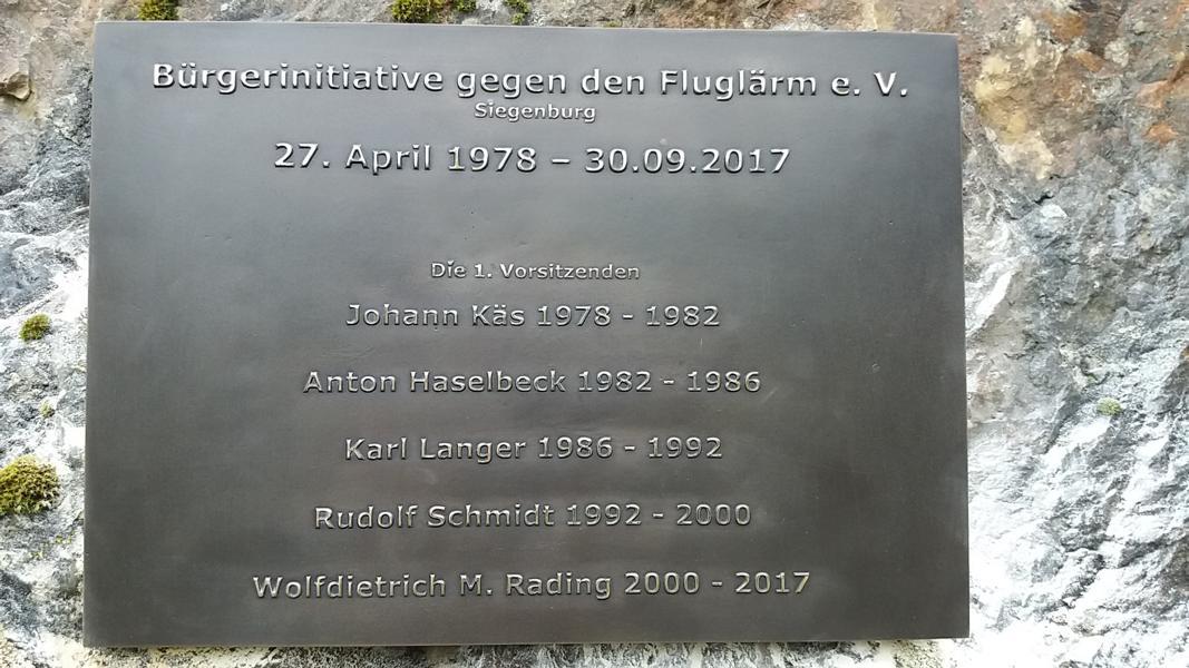 Mahnmal beim Bombodrom in Siegenburg - Tafel mit den Vorständen der Bürgerinitiative